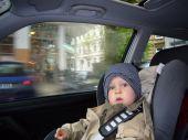 Versicherung: Kinder richtig absichern im Auto